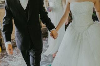 Hogyan válasszuk ki a tökéletes esküvői öltönyt?
